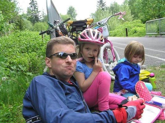 Andy and his duaghters take a break during a family bike ride. Photo from his online obituary.